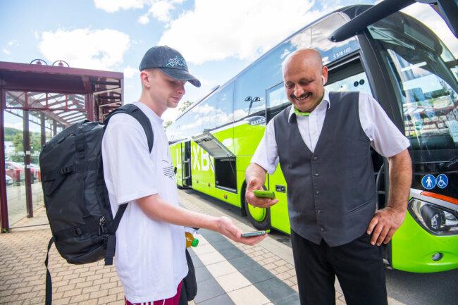 Am Donnerstag fuhr der erster Flixbus von Aue nach Berlin. Busfahrer Serdar Demiray begrüßte den ersten Fahrgast Lukas Markstein.