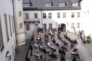 Mit Abstand fand am Sonntag die Feierstunde zur Übergabe des Nord- und des Westflügels im vorderen Hof des Schlosses Wildenfels statt. Dort ist jetzt das Rathaus untergebracht.