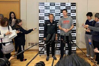 Der Chemnitzer Torsten Loibl (Mitte, hier bei einer Pressekonferenz) ist bei Olympia in Japan für die Gastgeber-Teams der Damen und Herren in der Basketball-Variante 3x3 verantwortlich. Dabei wird mit drei Spielern pro Mannschaft auf nur einen Korb gespielt.