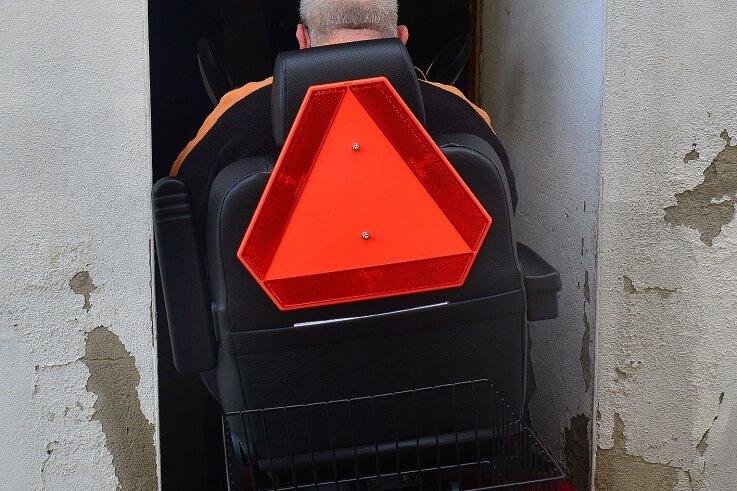 Passt auf den Zentimeter: Uwe Sommerfeldt fährt den Scooter ins Kellerabteil unter seiner Wohnung.