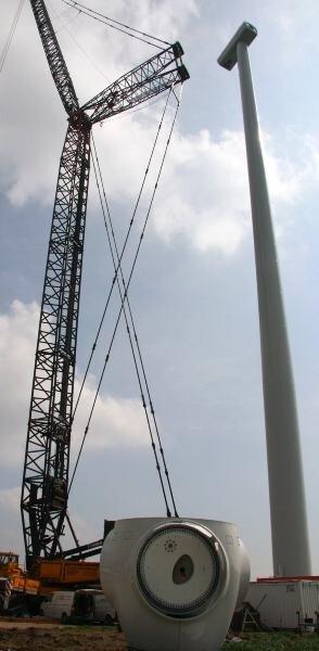 """<p class=""""artikelinhalt"""">Mit Hilfe eines Spezialkranes werden die Windkrafträder montiert.  </p>"""