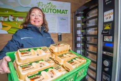 Betreiberin Sandy Ahner bringt Eier-Nachschub für den Frischeautomaten. Momentan stammen diese aus Bodenhaltung und es gibt sie in drei verschieden Größen zu kaufen. Verpackt sind sie in 6er- oder 10er-Kartons.