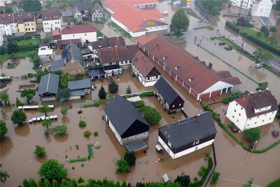 Die Luftaufnahme zeigt den Stadtteil Zwickau-Crossen, der durch die über die Ufer getretene Mulde überschwemmt wurde.