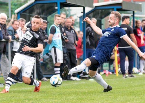 Im Ligaspiel bezwang Jens Weigl (rechts) mit seiner SG Jößnitz den SC Syrau um Axel Sennewald (links) mit 4:0. Im Pokalachtelfinale treffen am Samstag die beiden vogtländischen Topteams aufeinander.