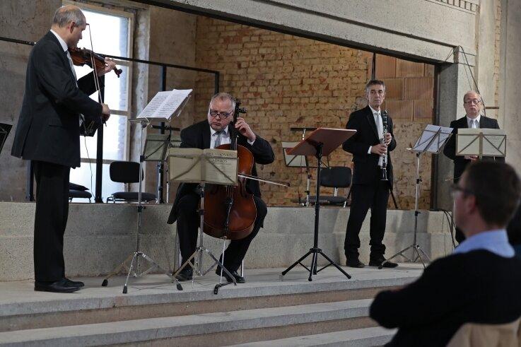 Eingerahmt von Stahlbeton und Ziegelwänden sorgten Musiker des Theaterorchesters für ein besonderes Klangerlebnis.