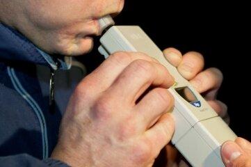Mit solchen Atemalkoholtestgeräten testen Polizisten auffällige Autofahrer.