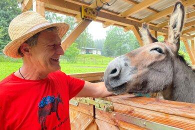 Michael Rinderle und sein treuer Weggefährte Vaillant. Gegen den stämmigen Lastenträger fällt Heinz (l.), der Esel der Familie Geißler vom Haus Fürstenberg in Waschleithe, klein und zierlich aus.