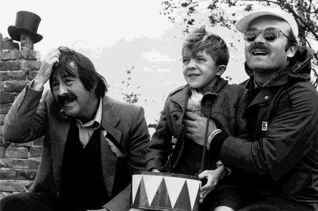 """Die Aufnahme aus dem Jahr 1979 zeigt den Schriftsteller Günter Grass (von links), Schauspieler David Bennent als Blechtrommler Oskar Matzerath und Regisseur Volker Schlöndorff während einer Drehpause zu dem Film """"Die Blechtrommel""""."""