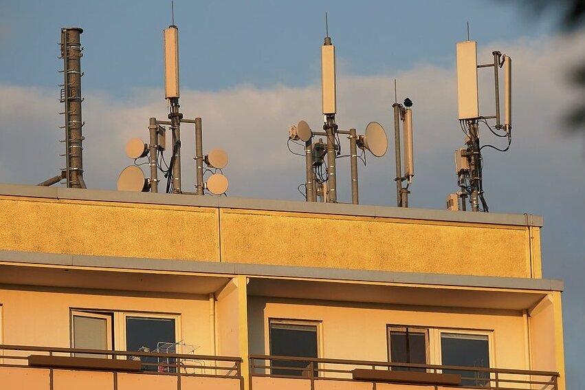 Die Anzahl der 5G-Mobilfunkantennen im Landkreis Zwickau wächst. Einer der Standorte des Netzbetreibers Vodafone befindet sich auf einem Wohngebäude an der Salutstraße in Zwickau-Eckersbach.