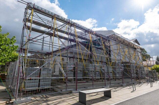 Der Erlauer Generationenbahnhof wird wegen der Schäden am Dach des Zwischenbaus wohl noch viele Wochen eine Baustelle sein. Seit November vorigen Jahres stehen bereits die Gerüste.