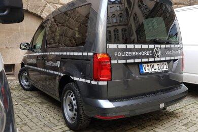 Seit Dienstag sind die Fahrzeuge des Gemeindlichen Vollzugsdienstes in Plauen schon von Weitem erkennbar. Möglich machen das Reflektoren und eine neue Aufschrift.