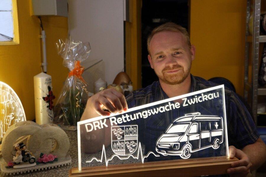 Der Glasschwibbogen ist ein Auftragswerk für die Rettungswache in Zwickau. Kevin Goldschadt setzt gemeinsam mit Partnern solche individuellen Geschenkideen um. Für ihn gibt es keinen Anlass, für den er keine Idee hätte.
