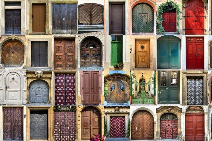 Ob nun Türe oder Tür - die Vielgestaltigkeit dieser Visitenkarte des Hauses macht diese sprachliche Frage eigentlich zur Nebensache.