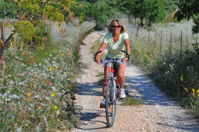 Testerin Gabi Thieme rät mindestens zweimal pro Woche zu Ausdauersport wie Radfahren.
