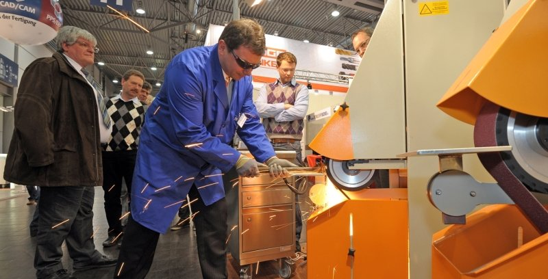 """<p class=""""artikelinhalt"""">Jens Möckel von der Lößnitzer Firma Günther Schleif- und Poliertechnik demonstriert den Besuchern ein neuartiges Schleifband. Die Unternehmen des Erzgebirgskreises sind mit ihren Produkten auf der Doppelmesse """"Intec/Z"""" auf großes Interesse gestoßen.</p>"""