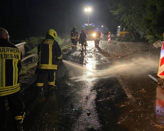 Die Freiwillige Feuerwehr Oederan war am Freitagabend rund drei Stunden im Einsatz, um nach Starkregen unter anderem Straßen von Schlamm zu befreien.