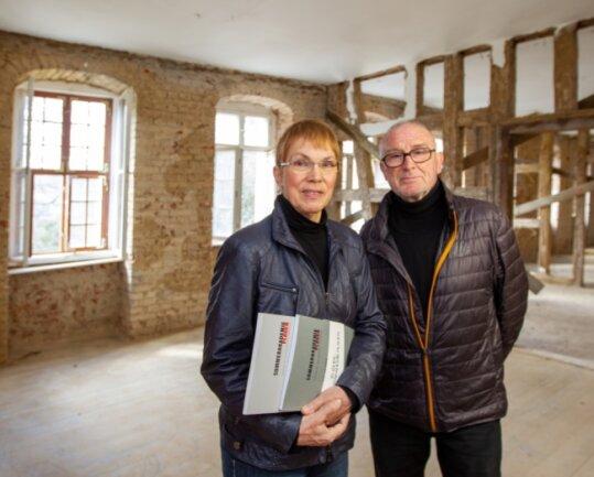Klaus und Karin Helbig an ihrem einstigen Wirkungsort, dem Weisbachschen Haus 3. Dort fand die Sommerakademie statt, Beide stehen in ihrem einstigen Büro, welches nun saniert wird.