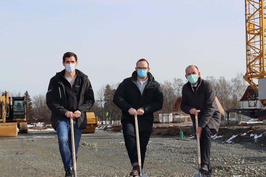 Bürgermeister Matthias Topitsch (rechts), Projektleiter André Ehrlich (links) sowie Sebastian Uhlig, Junior-Chef von Theed-Projekt, haben gemeinsam den ersten Spatenstich vollzogen.