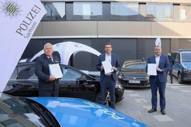 Nach der Vertragsunterzeichnung: Landespolizeipräsident Horst Kretzschmar, Reinhard de Vries, Geschäftsführer Technik und Logistik bei VW Sachsen, Lars Dittert, Leiter des VW-Sonderfahrzeugbaus (v. l.).