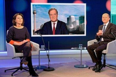 """Ernste Gesichter beim TV-Dreikampf: Annalena Baerbock (Grüne), der per Video zugeschaltete Armin Laschet (CDU) und Olaf Scholz (SPD) wollen die EU """"weltpolitikfähig"""" machen."""