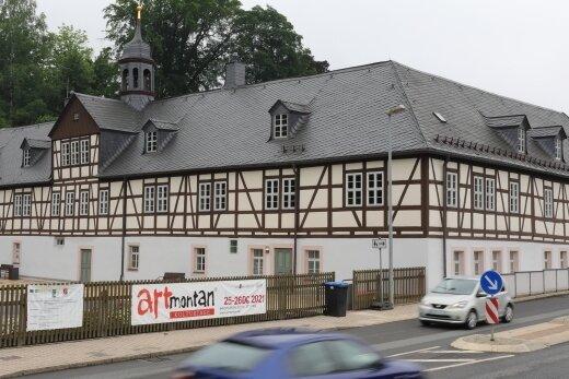 Mit großem Aufwand ließ die Stadt Schwarzenberg den Herrenhof in Erla sanieren. Ein Projektmanagement treibt die Belebung voran.