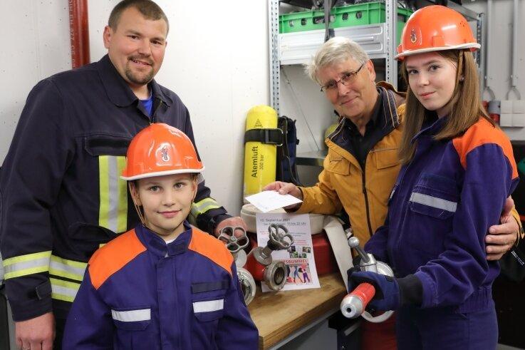 Jugendwart Sebastian Klemm (l.) nahm gemeinsam mit Silas Frenzel und Santina Bergelt (vorn) das Geld von Christoph Weigel entgegen.