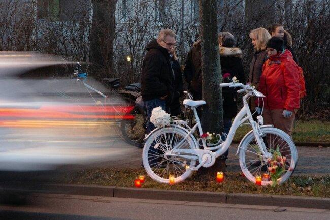 Gedenken an getötete Radfahrer: Weiße Geisterräder gibt es mittlerweile in vielen deutschen Städten. Dieses hier wurde nach einem tödlichen Unfall an der Dohnaer Straße in Dresden aufgestellt.