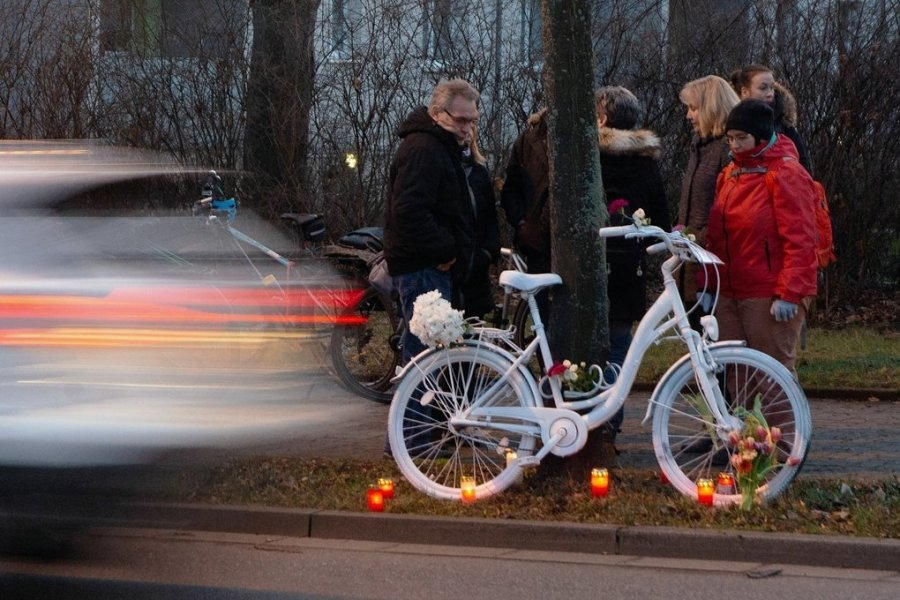 Gedenken an getötete Radfahrer: Weiße Geisterräder gibt es mittlerweile in vielen deutschen Städten. Dieses hier wurde nach einem tödlichen Unfall in Dresden aufgestellt.