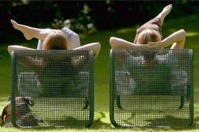 Sonnenbad auf Liegestühlen: Nichtstun ohne Reue ist gar nicht so einfach, haben Wissenschaftlerinnen festgestellt.