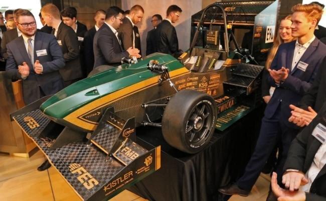 Das WHZ-Racingteam mit seinem Rennwagen Ernie.