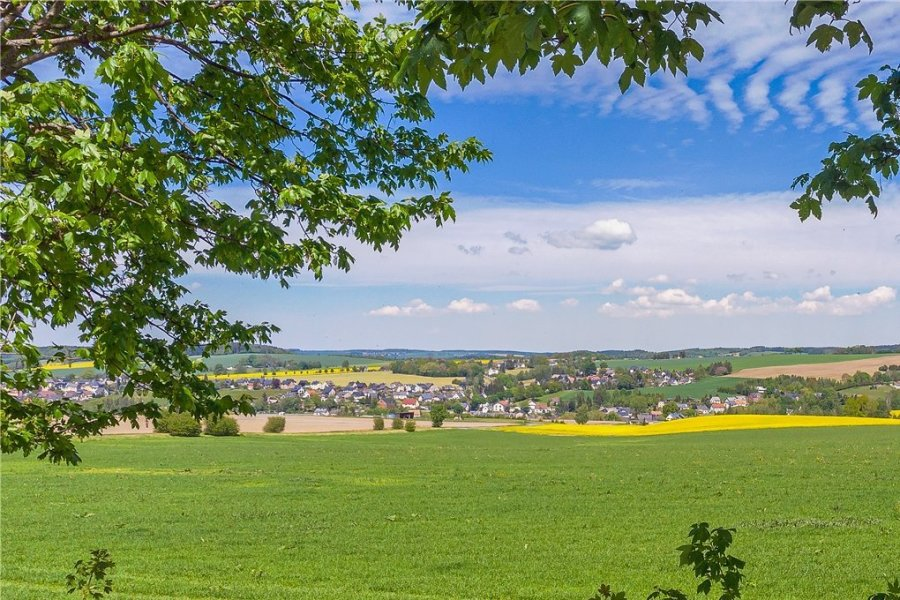 """Keinen schönen Anblick bietet der seit Jahren geschlossene Gasthof """"Taubenberg"""" im idyllisch gelegenen Rodewischer Ortsteil Rützengrün. Das Gebäude hat nun einen neuen Besitzer."""