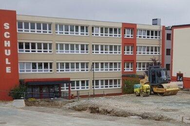 Die bestehende Turnhalle am Evangelischen Schulzentrum Schöneck wird um eine weitere Halle erweitert. Die Arbeiten dafür laufen.