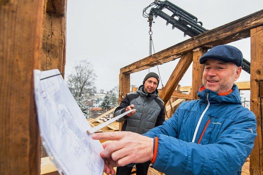 Zimmerermeister Markus Günther (links) zeigt Bauherrn Steffen Seifart, wie das Gebäude in Schneeberg wieder aufgebaut wird.