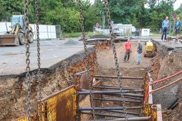 Die Kanalbauarbeiten am Neustadtplatz gehen bald zu Ende. Dieses Beton-Bauteil wurde am Mittwoch an seinen Platz gehievt.