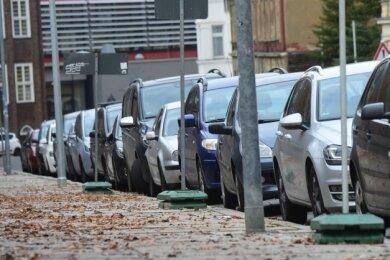 Parkende Autos an der Zieschestraße.