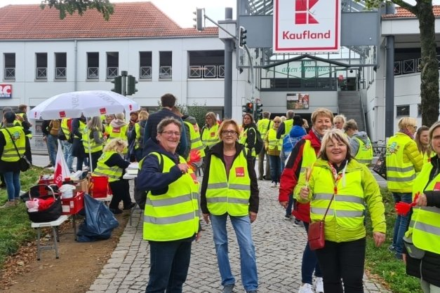 75 Beschäftigte verschiedener Einzelhandelsfirmen haben sich am Freitagvormittag zu einer Kundgebung vor dem Kaufland-Markt in Freiberg versammelt.