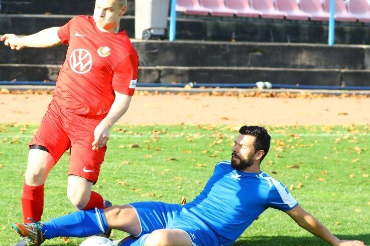 Der Gornsdorfer Peter Uhlmann versucht mit einem Tackling, dem Ehrenfriedersdorfer Florian Weißbach das Leder abzujagen. Meist aber setzten sich die Gastgeber durch und entschieden die Partie der Fußball-Kreisliga deutlich für sich.