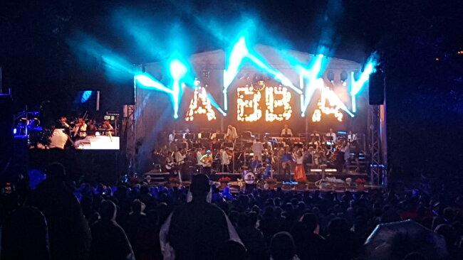 Etwa 800 Besucher warteten im Regen auf die ABBA-Show, die den Auftakt zum Mittelsächsischen Kultursommer markierte.