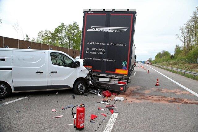 Ein Transporter kollidierte am Dienstag mit insgesamt zwei Lkw auf A 4 bei Hohenstein-Ernstthal.