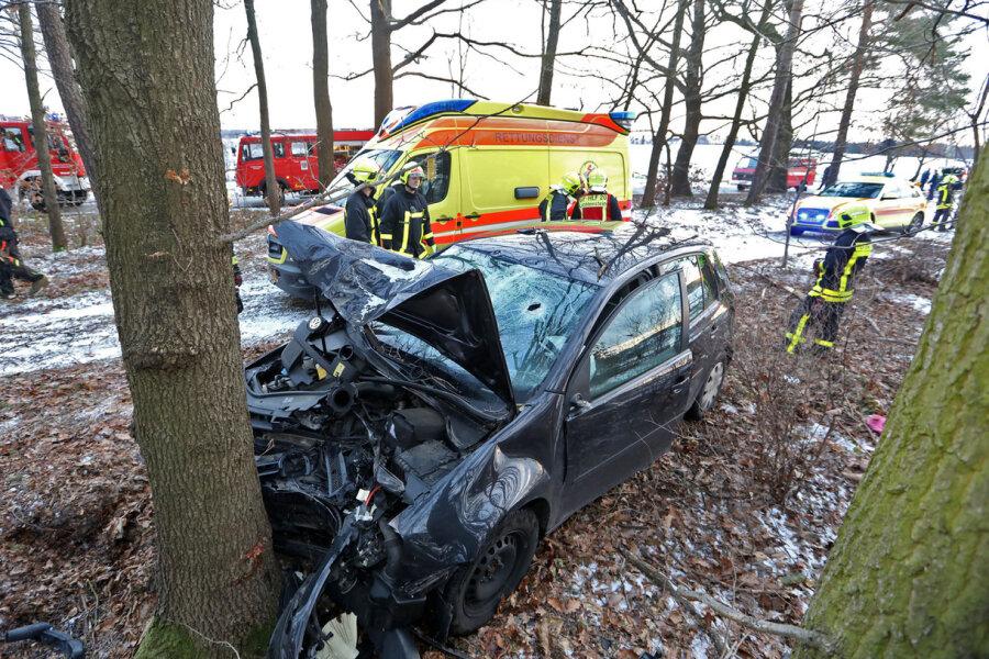 VW fährt in Baumgruppe - Fahrerin im Krankenhaus