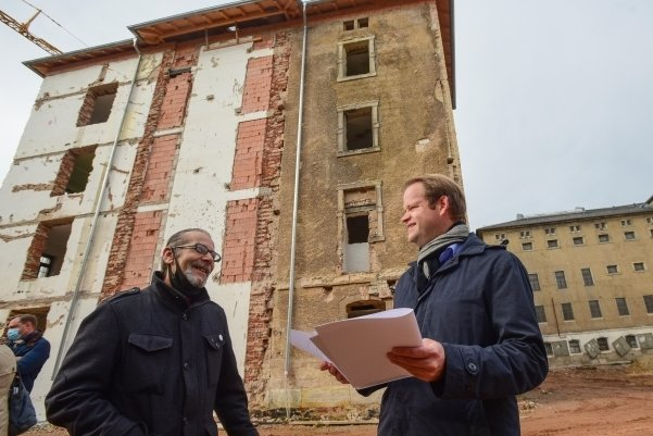 Zeitzeuge Chris Bürger (links) und der Vereinsvorsitzende Jürgen Renz vor dem Gebäudetrakt, in den die Gedenkstätte einziehen soll.