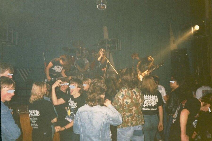 """Die norwegische Metalband Mayhem bei ihrem Auftritt im damaligen Klubhaus """"Karl Marx"""" in Annaberg-Buchholz im Herbst 1990."""