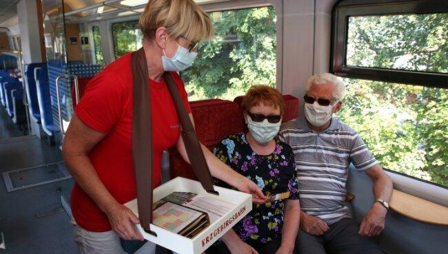 Katrin Aßmann (links) von der Erzgebirgsbahn war als Zugbegleiterin unterwegs. Rosita und Harry Zierold nutzen die Strecke sehr gern und lieben die herrlichen Ausblicke.