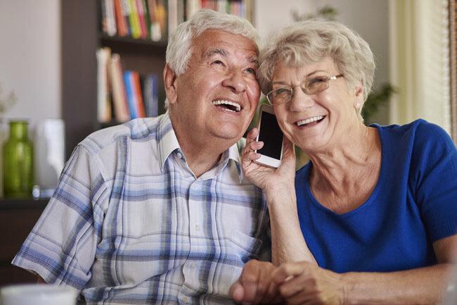 Smartphones erleichtern Senioren den Alltag.