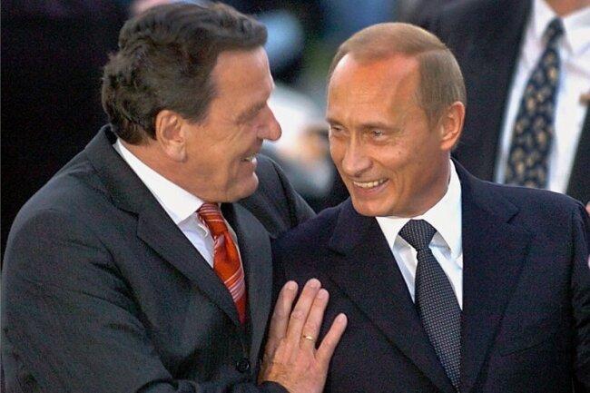 Mehr als eine Männerfreundschaft: Altkanzler Gerhard Schröder (SPD/l.) und Präsident Wladimir Putin. Schröder arbeitet für russische Staatskonzerne.