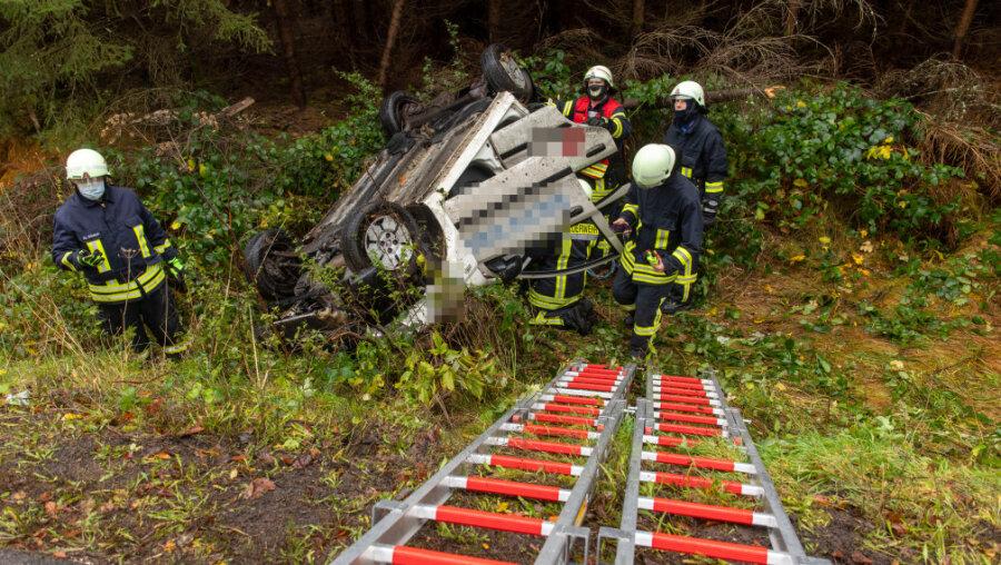 Pflegedienstauto überschlägt sich an S 217 - Rettungshubschrauber im Einsatz