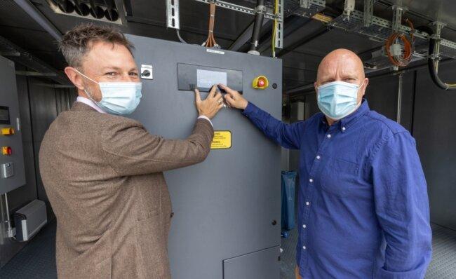 Ein neues Blockheizkraftwerk ist für das Freizeitbad Greifensteine in Betrieb gegangen. Im Bild: Geschäftsführer Markus Kothe (r.) und Kai Aschermann, Vorstand der Stadtwerke Annaberg-Buchholz.