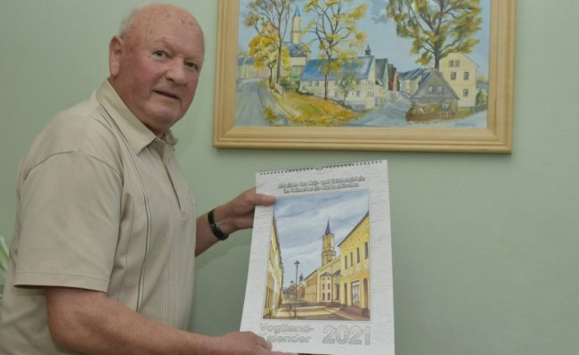 Der Leiter des Mal- und Zeichenzirkels Günther Schreiner zeigt den neuen Kalender.