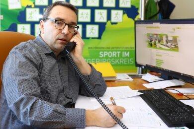 Wie überall - kein Sport, dafür viel Telefon- und Computerarbeit: Der Geschäftsführer des KSB Erzgebirge, Jörg Hänsel, ist derzeit oft Seelentröster für die Mitglieder in den Vereinen.