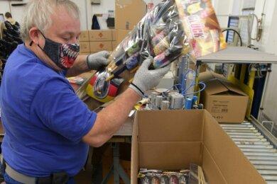 Mathias Böhme arbeitet bei Weco in Freiberg in der Sortimentsverpackung. 4,7 Millionen Silvesterraketen wurden 2020 am Standort hergestellt. Zu den beliebtesten Produkten zählen auch Feuerwerksbatterien.